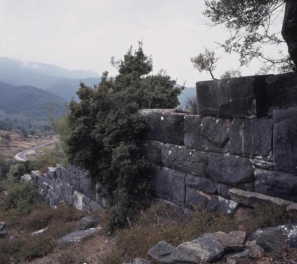 Стены между Нижним городом и Акрополем