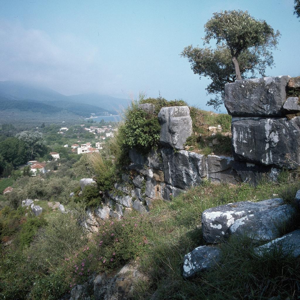 Часть древней стены ниже Ворот Парменона, начало V в. До н.э.