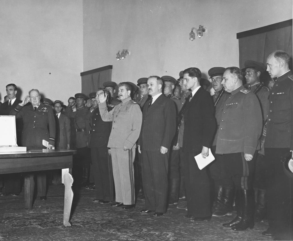 1943. Церемония передачи премьер-министром Великобритании У.Черчиллем И.В.Сталину почетного меча – дара короля Великобритании Георга VI гражданам Сталинграда.