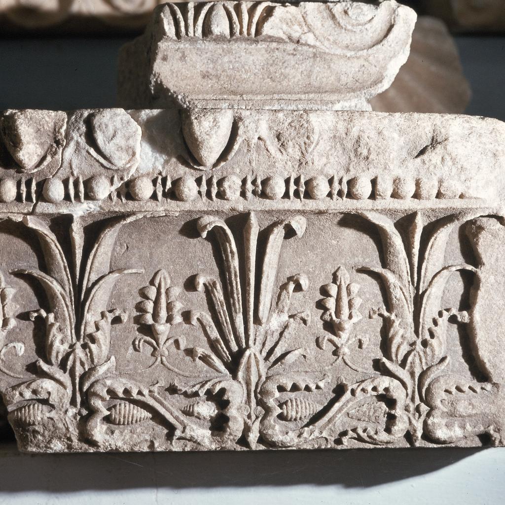 Археологический музей. Архитектурный фрагмент, орнаментальный фриз с цветами и пальметтами, найденный на  Агоре