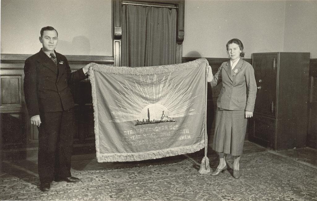 1944. Передача сотрудникам миссии СССР в Норвегии знамени, вышитого норвежскими женщинами для защитников Сталинграда