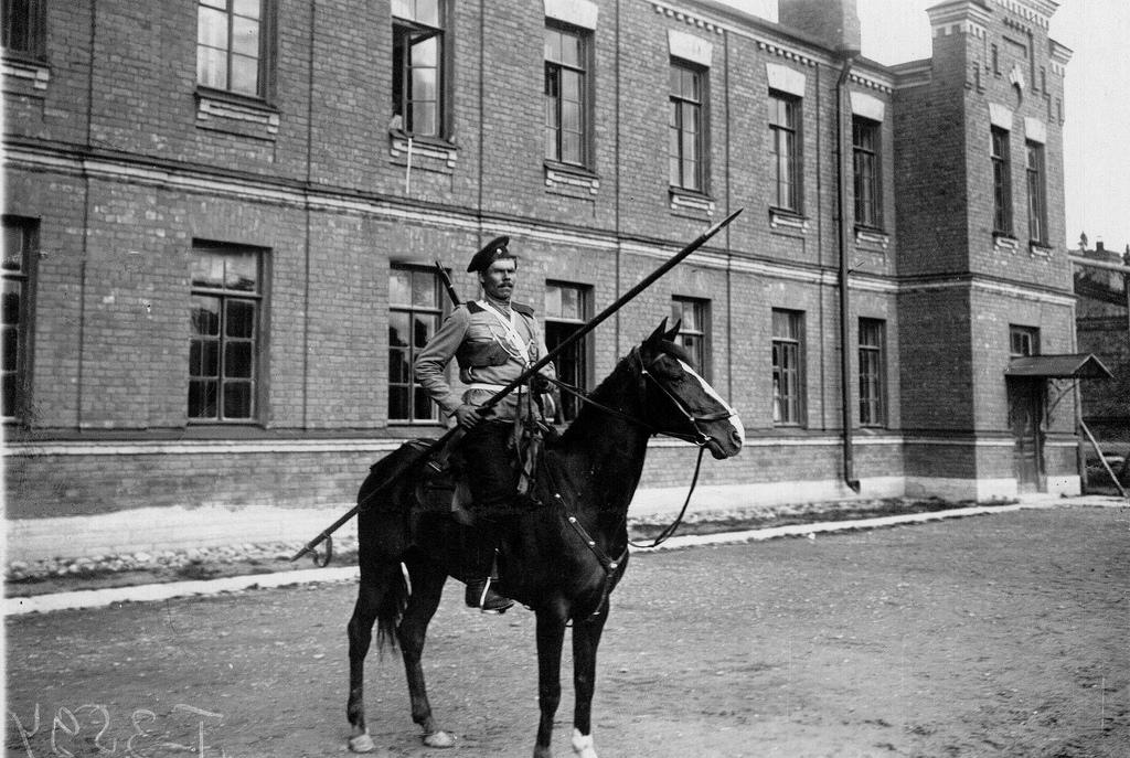 Казак лейб-гвардии Казачьего полка в полном вооружении на коне. 1907-1917