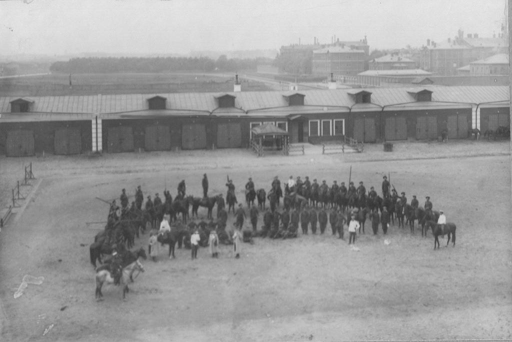 Казаки во дворе казарм во время учения. 21 августа 1903