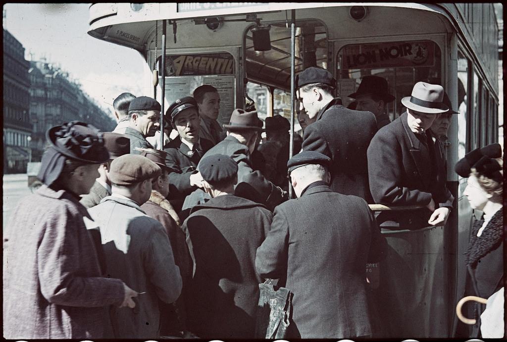 Очередь пассажиров в автобус