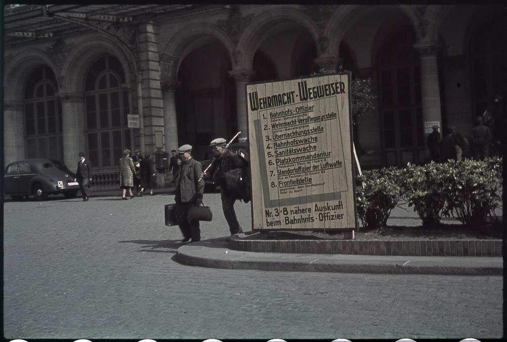 Восточный вокзал. Возвращение рабочих из Германии