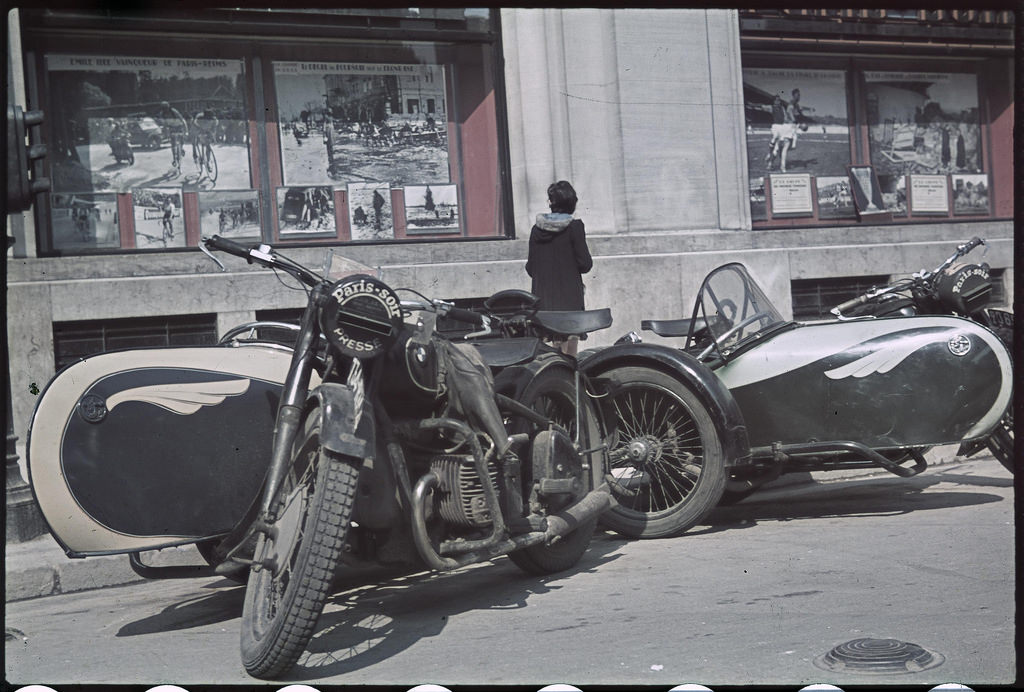 Мотоциклы перед зданием редакции газеты «Пари-суар»