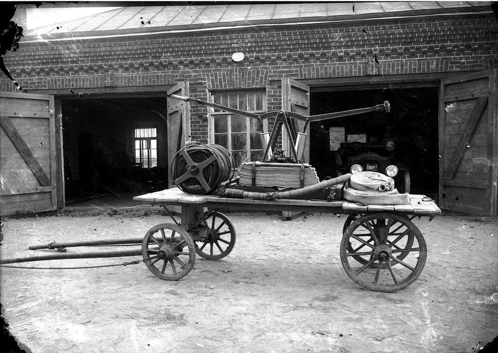 1925. Ручная помпа на конной повозке