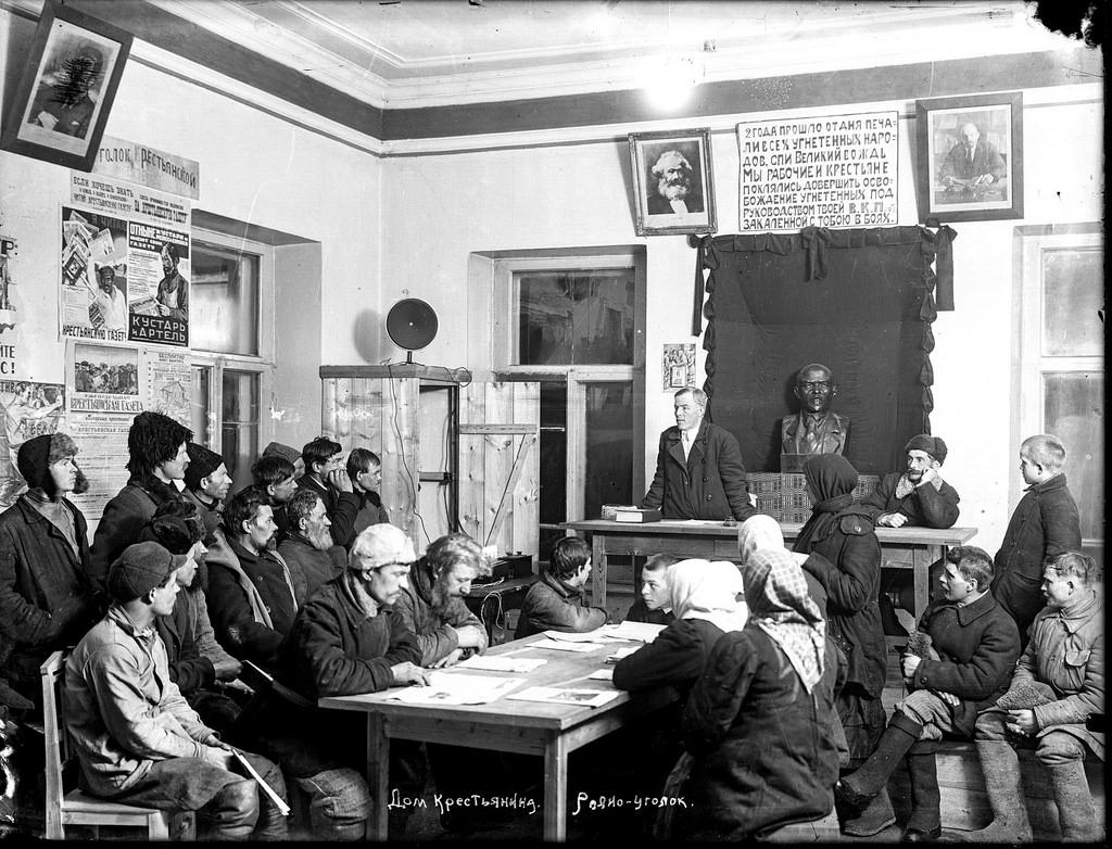 1926. Выступление агитатора в красном уголке гостиницы в Галиче перед крестьянами, приехавшими на ярмарки и базар