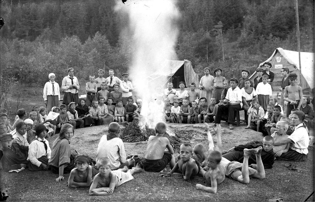 1929. У костра в пионерском лагере