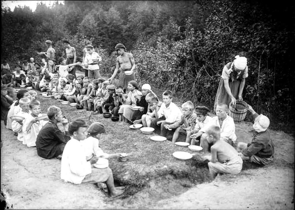 1929. Обед в летнем пионерском лагере