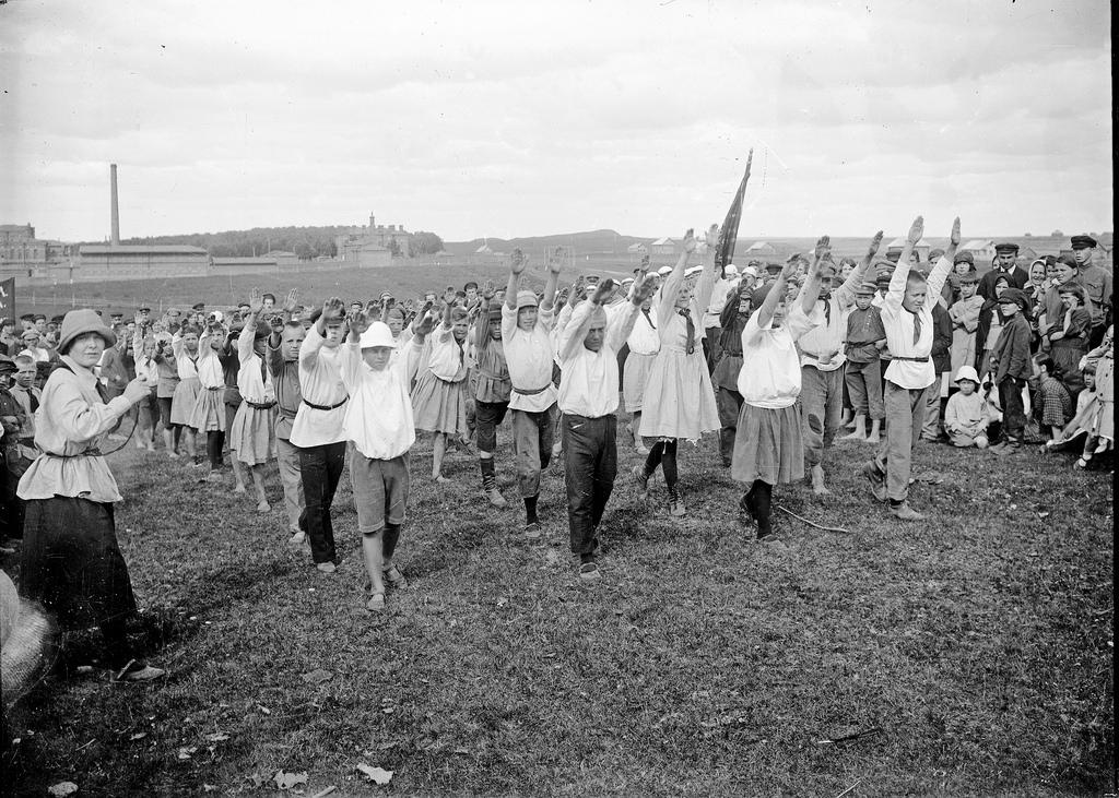 1929. Пионеры выполняют упражнения