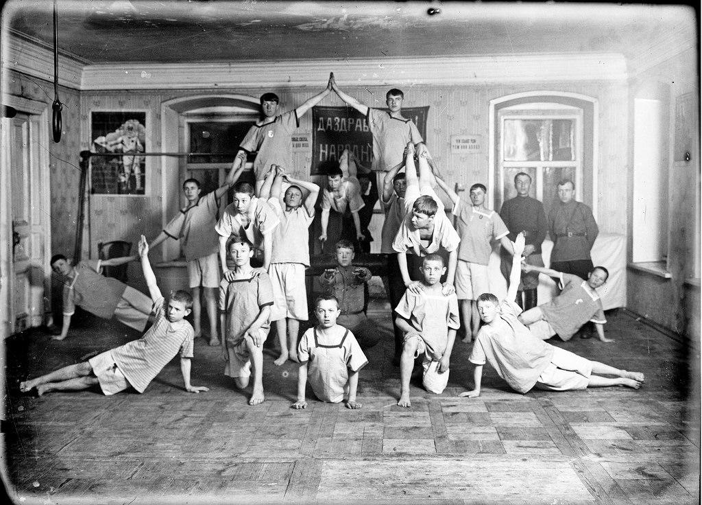 1929. Пирамида