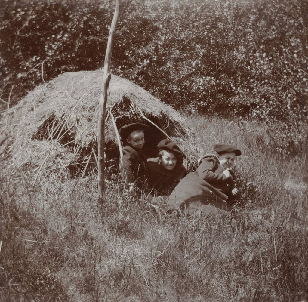 Дети у шалаша для корма фазанов