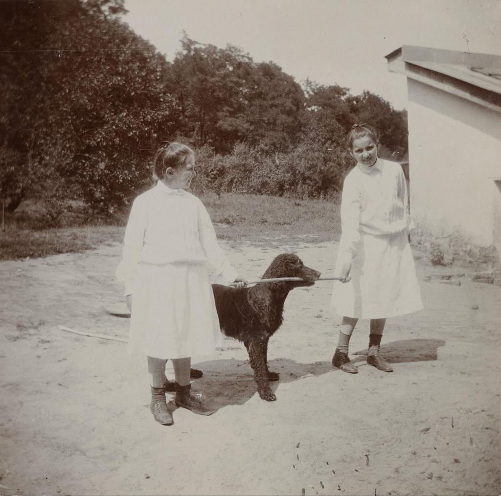 Ирина и Лили Шереметевы с собакой