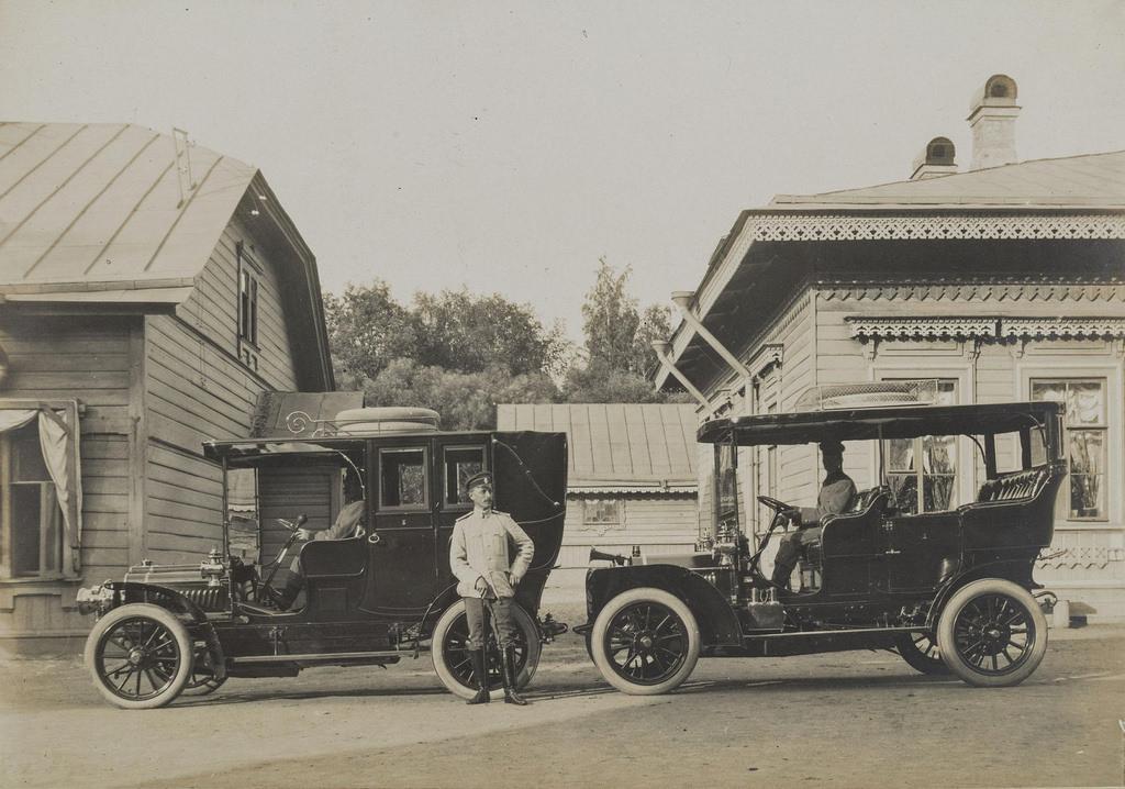 1900-е. Граф А.Д. Шереметев рядом с автомобилями