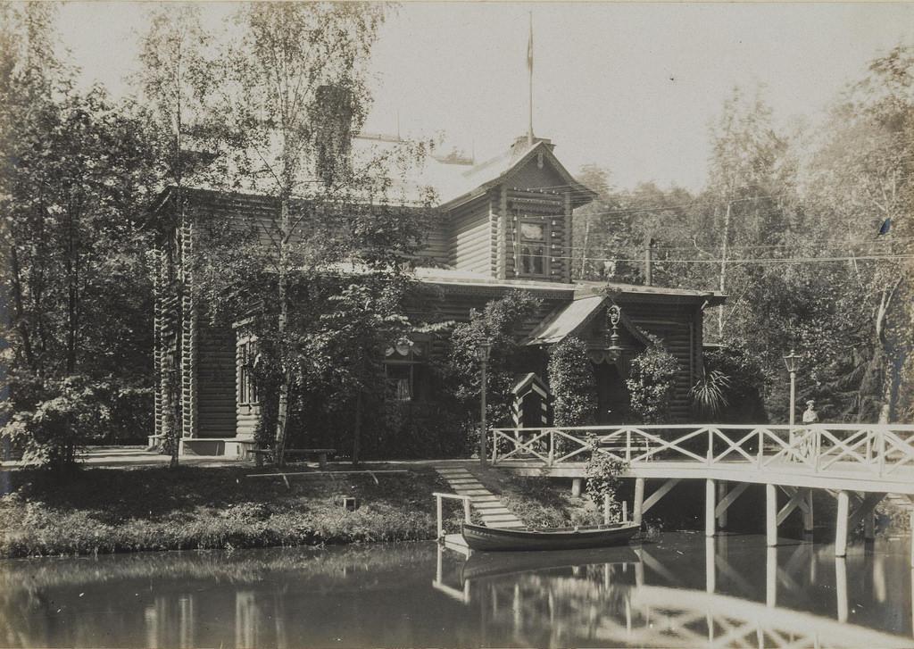 1900-е. Дом на берегу пруда с мостом и причалом