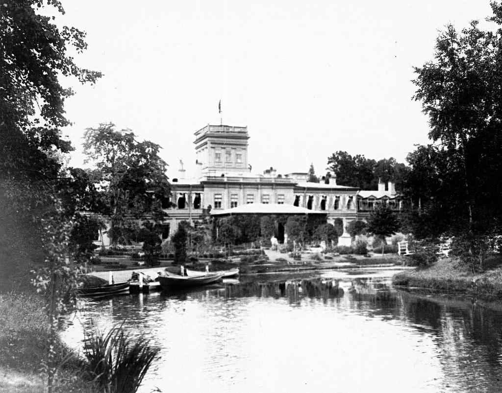 1908. Фасад дома в имении графа со стороны пруда