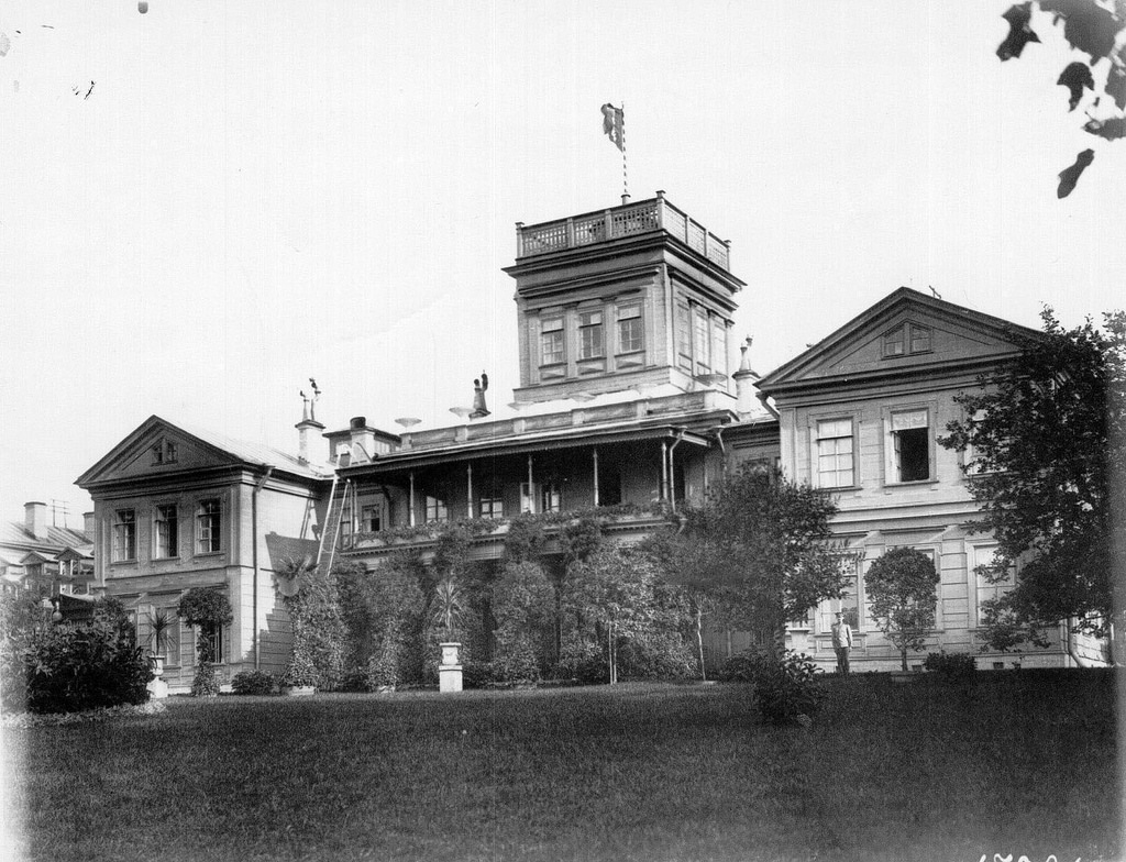 1908. Фасад дома в имении графа