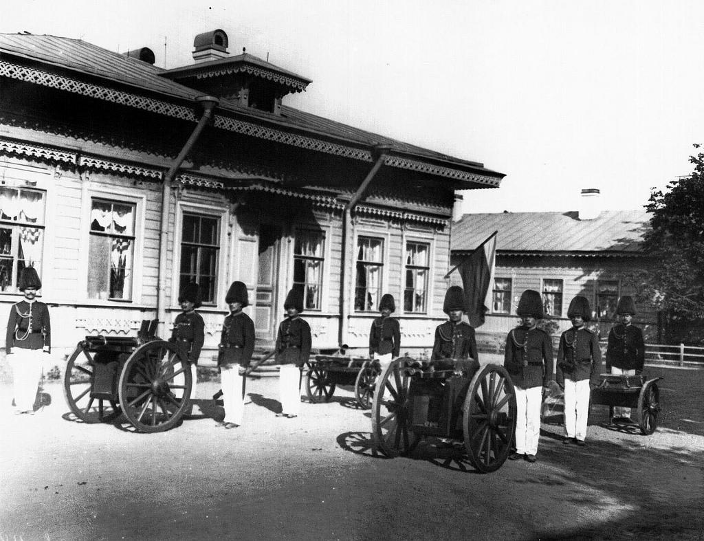 1908. Солдаты у орудий, готовых к салюту