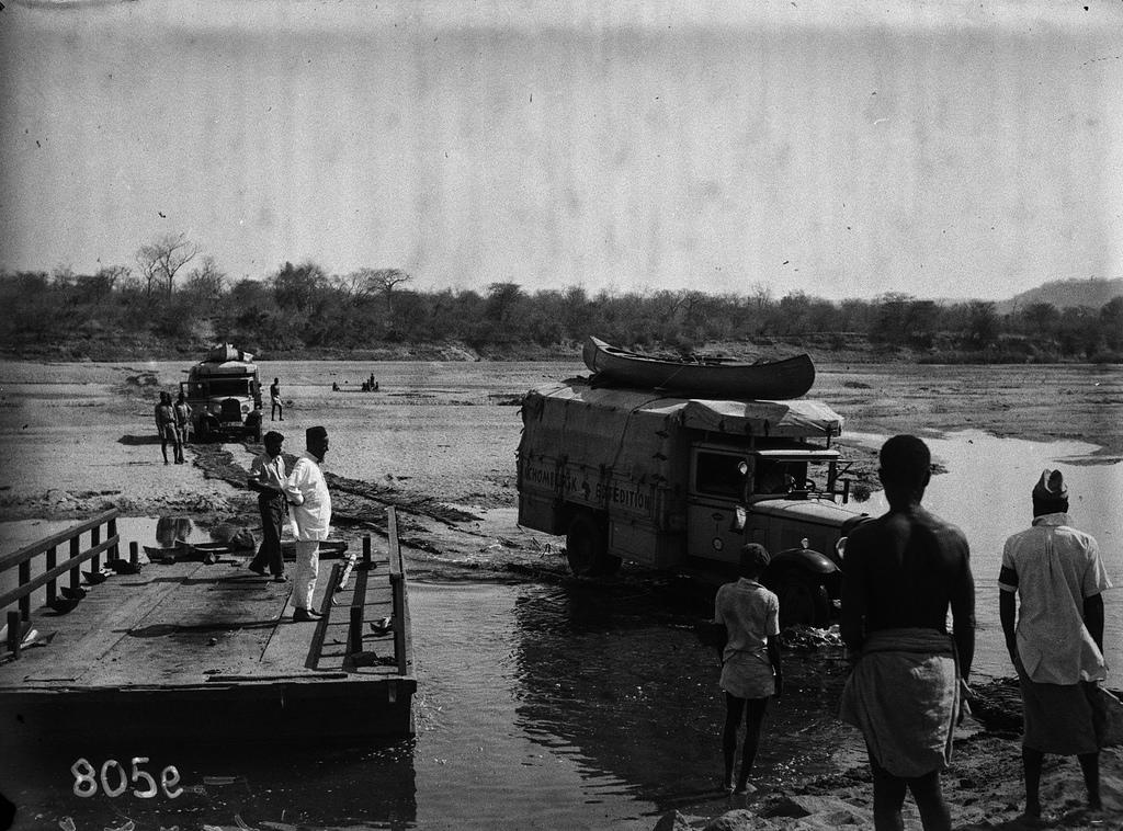 Окрестности Солсбери. Автомобили пересекают реку