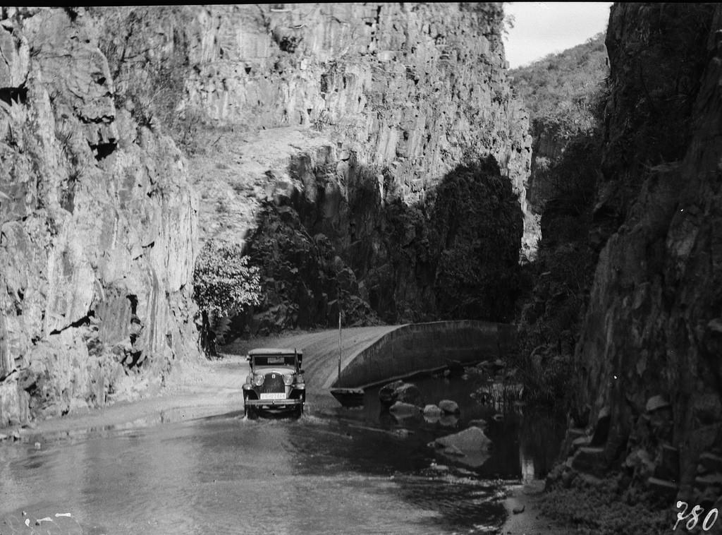 Окрестности Солсбери. Автомобили пересекают реку.