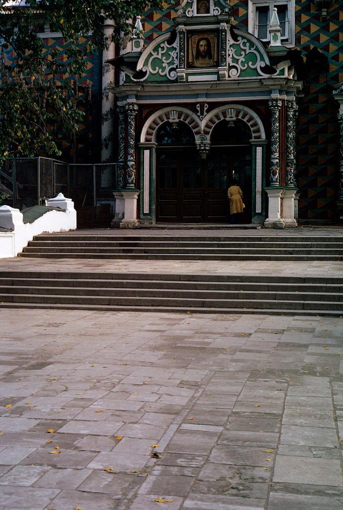1972. Троице-Сергиева лавра. Вход в Трапезную церковь