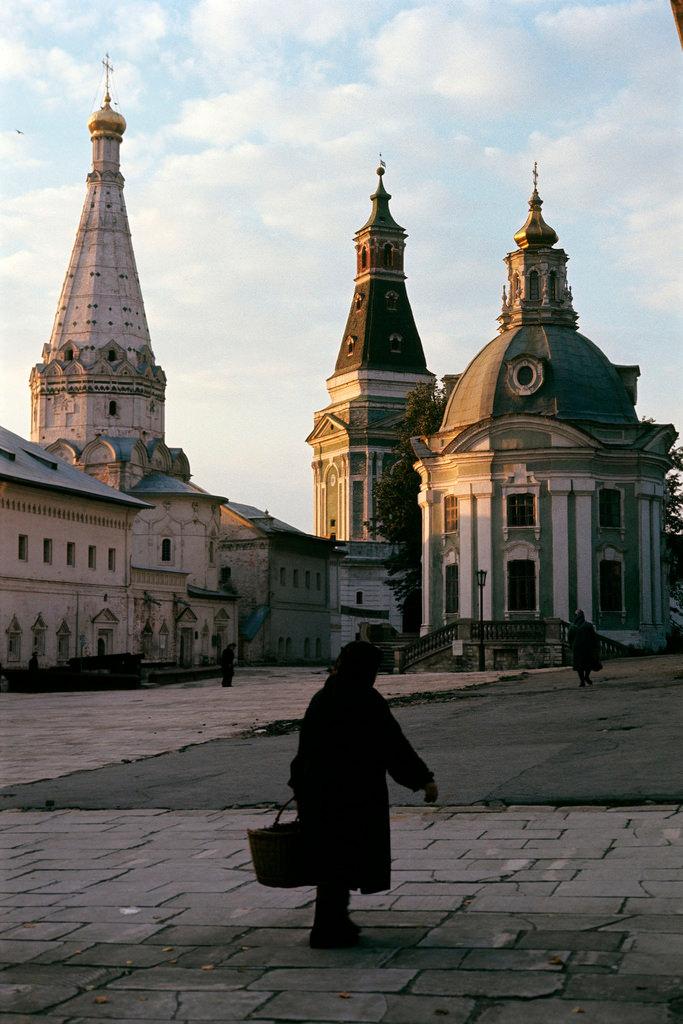 1972. Троице-Сергиева лавра. Церковь Зосимы и Савватия, Каличья башня и Смоленская церковь.