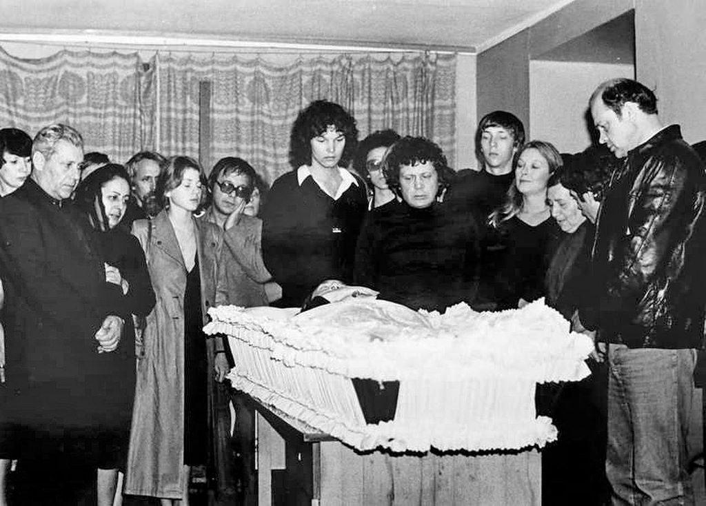 04. Панихида в холле подъезда утром 28 июля 1980 года