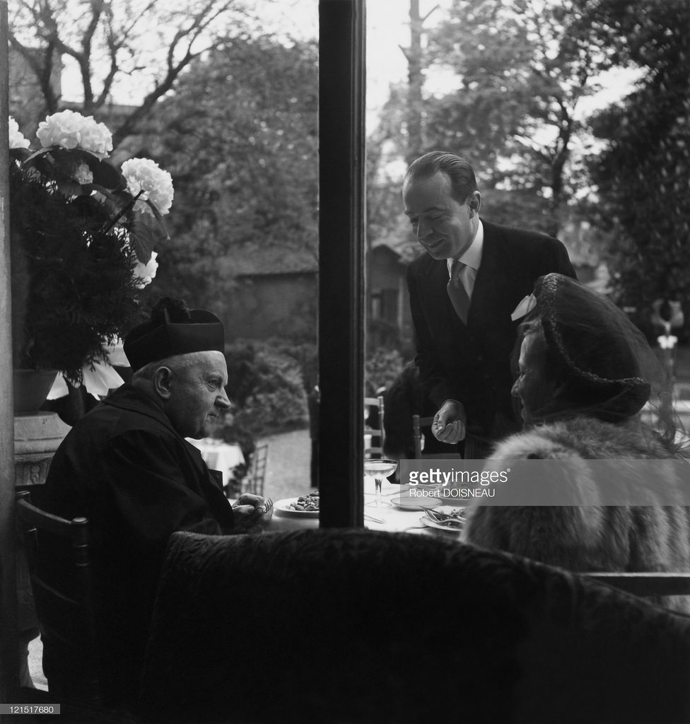1949. Обед со священником