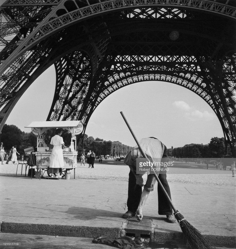 1950. Дворник возле Эйфелевой башни