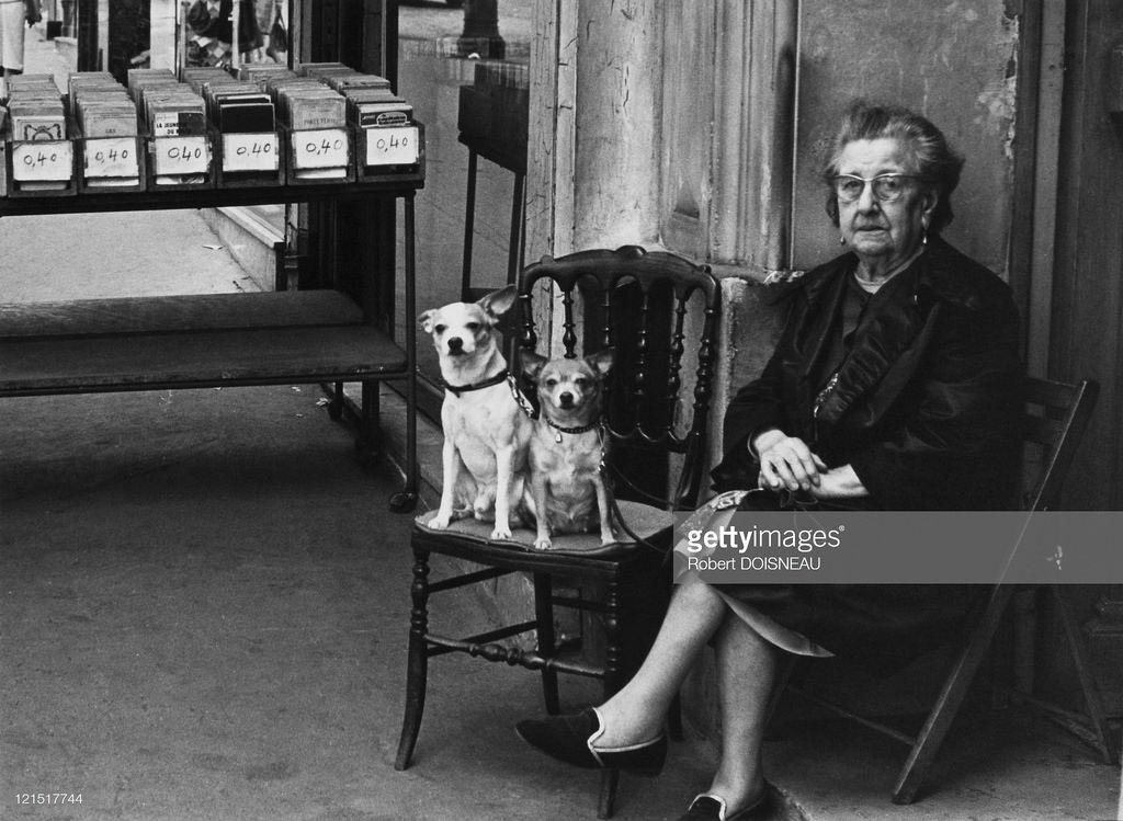 1950-е Женщина с двумя собаками