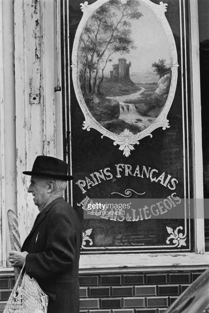 1950-е. Старик возле витрины пекарни
