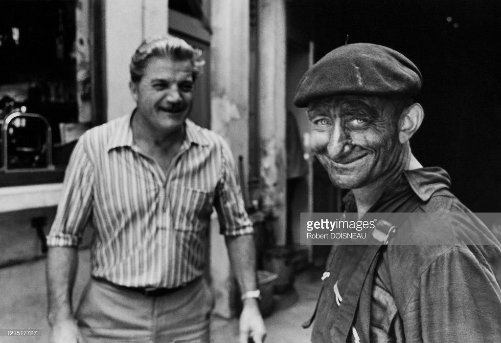 1950-е. Улыбающийся мужчина на улице. Париж
