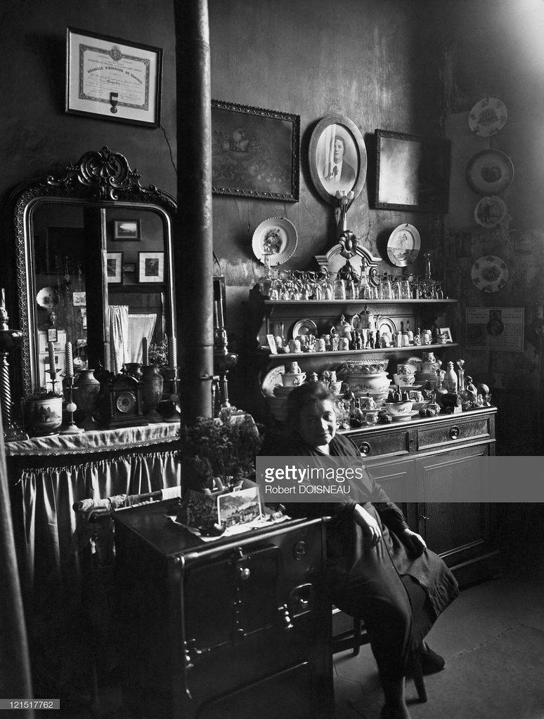 1953. Мадам Августин на своей кухне. Париж