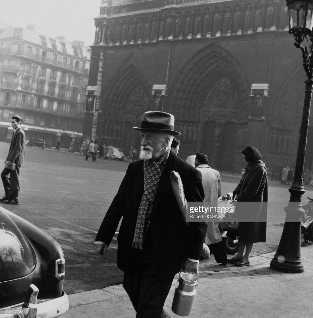 1953. Старик возле Нотр-Дам