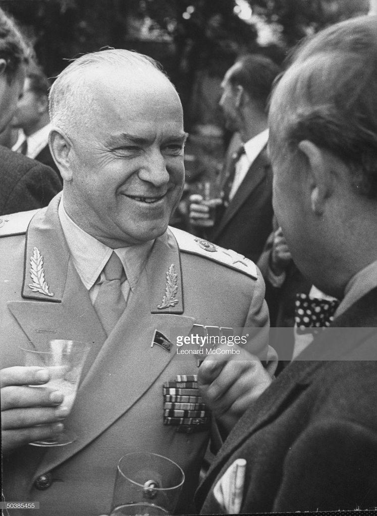 Георгий Константинович Жуков беседует с другим гостем