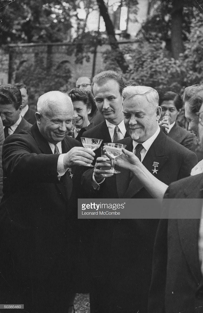 Николай Булганин и Никита Сергеевич Хрущев поднимают свои бокалы во время тоста