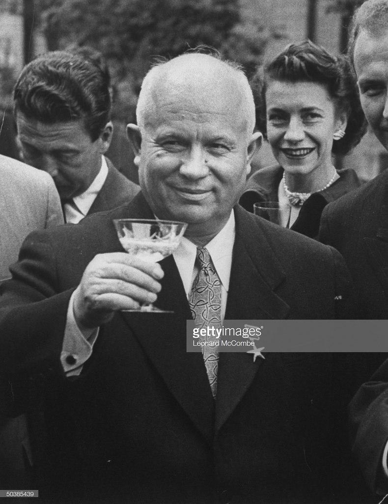 Никита Сергеевич Хрущев поднимает свой бокал, чтобы произнести тост