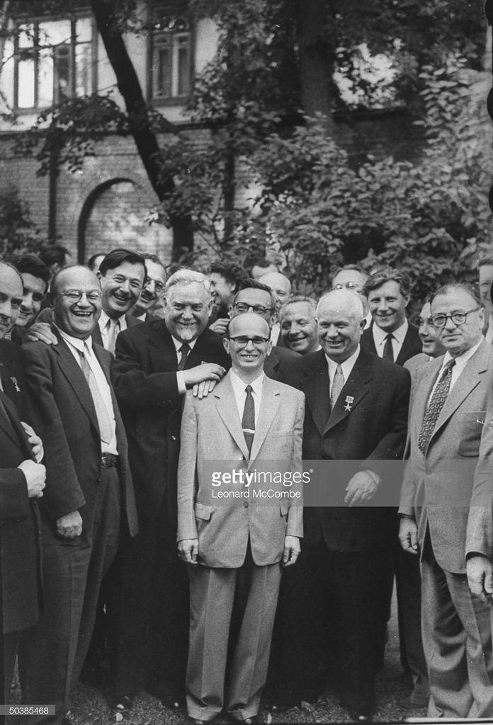 Американский шахматист Самуэль Решевский между Кагановичем и Хрущёвым