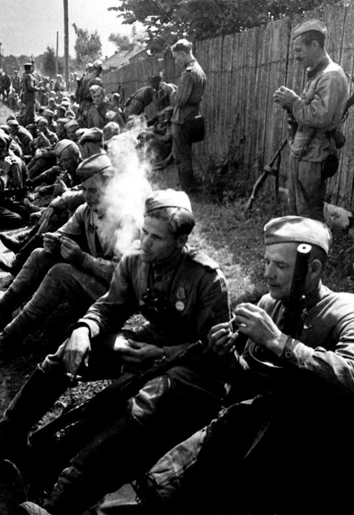 1944. Бойцы 2-го Белорусского фронта отдыхают на привале.