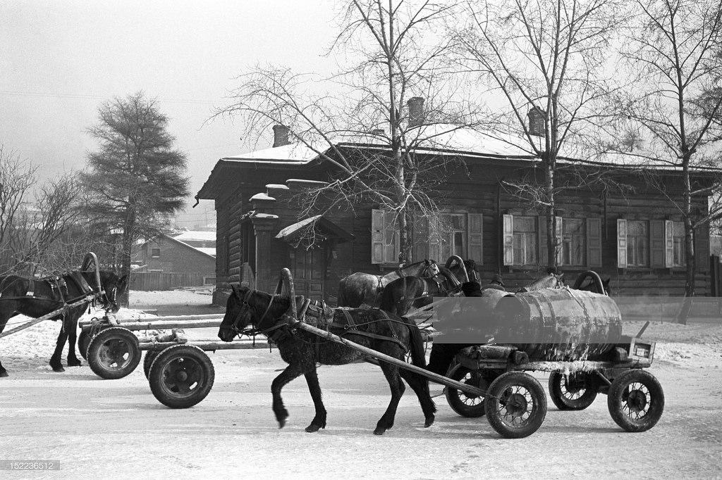 Иркутск. Гужевой транспорт на бульваре Гагарина возле дома №32, бывший дом А.А.Рассушина
