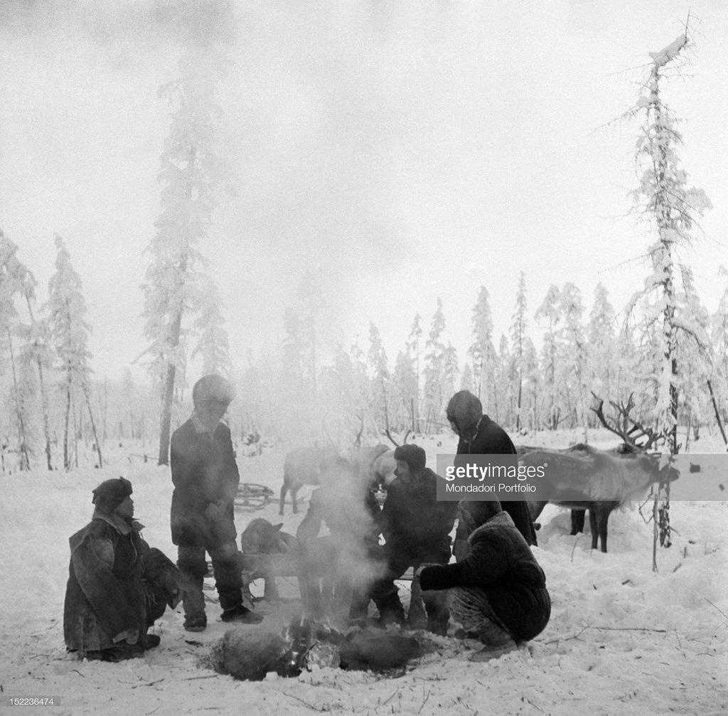 Якутия. Якутские пастухи готовят на огне оленя