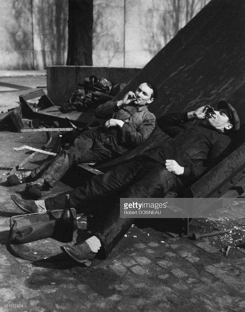 1930-е. Перерыв у рабочих в парижском пригороде