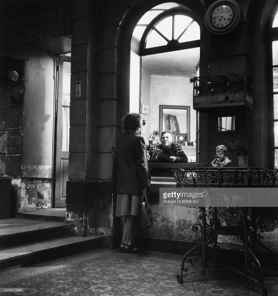 1945. Консьерж и обитательница дома
