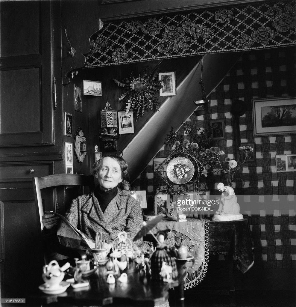 1947. Пожилая женщина на кухне