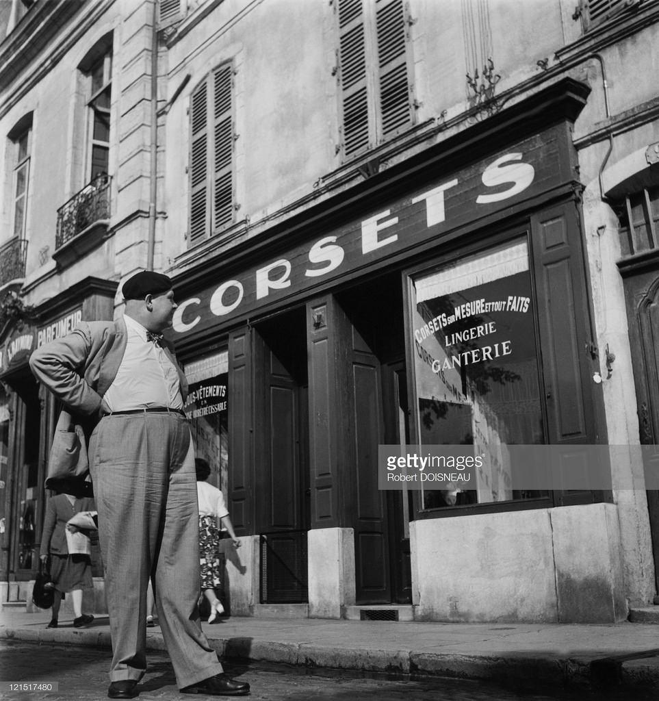 1949. Бон. Мужчина у витрины