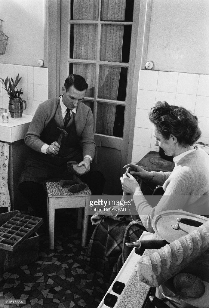 1950-е. Мужчина и женщина чинят обувь и одежду