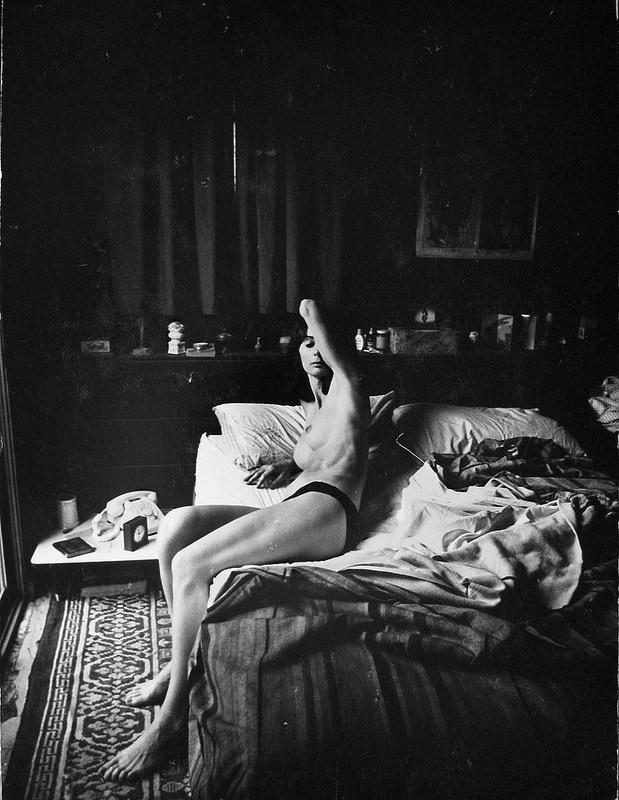 1961. Беверли Рене на кровати