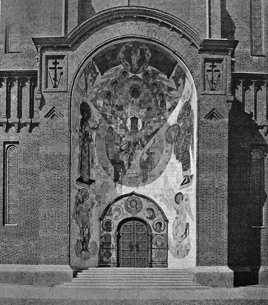 Южный портал с абрамцевской майоликой Красной церкви в селе Тезино