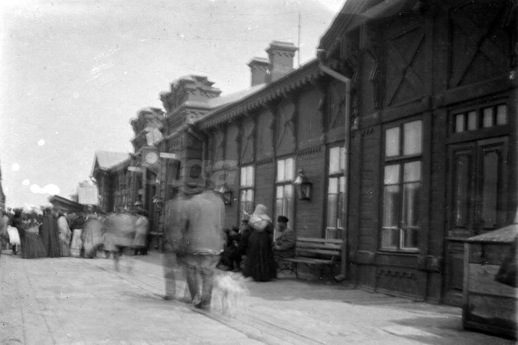 На перроне железнодорожного вокзала станции